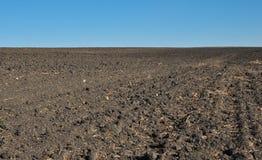 Vruchtbare, geploegde grond van een landbouwgebied Royalty-vrije Stock Foto