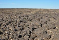 Vruchtbare, geploegde grond van een landbouwgebied Stock Afbeelding