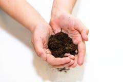 Vruchtbare grond in handen Stock Foto
