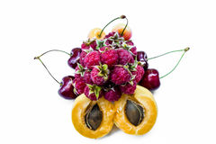 Vruchten abrikozen, zoete kersen en frambozen royalty-vrije stock afbeelding