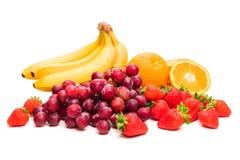 Vruchten Bananen, druiven, aardbeien en sinaasappelen Isoleer op witte achtergrond royalty-vrije stock foto's