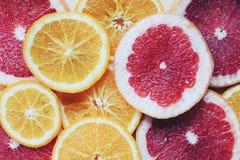 Vruchten behang Verscheidenheid van vruchten plak Grapefruits en sinaasappelenachtergrond Stock Fotografie