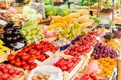 Vruchten, bessen en groenten op de teller bij de straatmarkt stock afbeeldingen