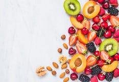 Vruchten, bessen, noten op de witte marmeren ruimte van het lijstexemplaar Het concept het gezonde eten royalty-vrije stock foto's