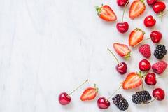 Vruchten, bessen op de witte marmeren ruimte van het lijstexemplaar Het concept het gezonde eten stock foto's