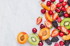 Vruchten, bessen op de witte marmeren ruimte van het lijstexemplaar Het concept het gezonde eten royalty-vrije stock afbeeldingen