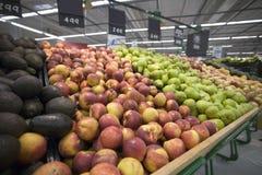 Vruchten bij een supermarkt Stock Foto's