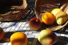 Vruchten binnen een mand royalty-vrije stock afbeeldingen
