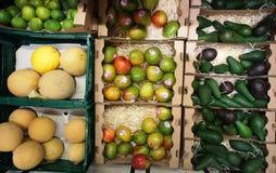 Vruchten in de manden bij winkel Pompelmoes, kalk Royalty-vrije Stock Foto's