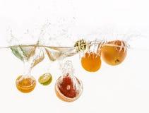 Vruchten die in het water werpen Stock Foto's