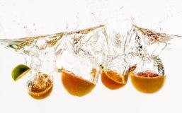 Vruchten die in het water werpen Royalty-vrije Stock Afbeelding