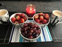 Vruchten door de kaars samen royalty-vrije stock afbeelding