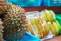 Vruchten Durian in de voorgrond op teller een straatventer stock foto's