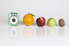 Vruchten een gewichtsschaal   Royalty-vrije Stock Foto