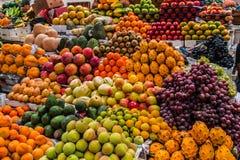 Vruchten in een markt worden getoond die royalty-vrije stock foto's