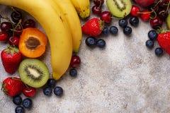 Vruchten en bessen de zomerachtergrond stock foto