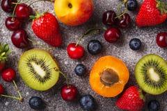Vruchten en bessen de zomerachtergrond royalty-vrije stock foto's
