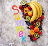 Vruchten en bessen de zomerachtergrond royalty-vrije stock foto