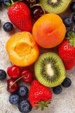 Vruchten en bessen de zomerachtergrond stock foto's