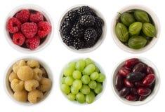 Vruchten en bessen in kom op wit Zoet en sappig ben Stock Foto