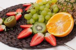 Vruchten en bessen op een wit hout Royalty-vrije Stock Afbeelding