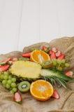 Vruchten en bessen op een wit hout Royalty-vrije Stock Fotografie