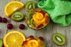 Vruchten en cakes op lichte achtergrond royalty-vrije stock foto