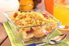 Vruchten en Cornflakes Stock Afbeeldingen