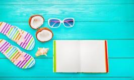 Vruchten en de zomertoebehoren op blauwe houten vloer met exemplaarruimte Hoogste mening Royalty-vrije Stock Fotografie