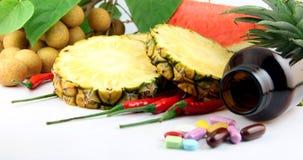 Vruchten en geneesmiddelen dichtbij de schoonheidsmiddelen en de Groenten worden geplaatst die. Royalty-vrije Stock Fotografie