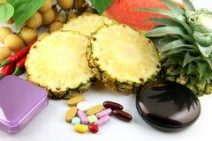Vruchten en geneesmiddelen dichtbij de schoonheidsmiddelen worden geplaatst dat. Royalty-vrije Stock Fotografie