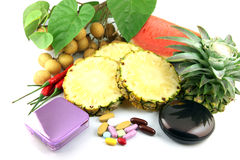 Vruchten en geneesmiddelen dichtbij de schoonheidsmiddelen worden geplaatst dat. Stock Foto