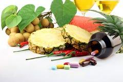Vruchten en geneesmiddelen dichtbij de schoonheidsmiddelen worden geplaatst dat. Royalty-vrije Stock Foto