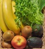 Vruchten en groenten in de mand stock fotografie