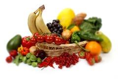 Vruchten en groenten in een mand Stock Foto