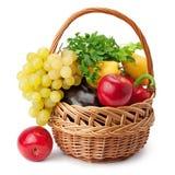 Vruchten en groenten in een mand Stock Afbeeldingen