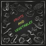 Vruchten en groenten in krijt op bord worden getrokken dat Stock Foto