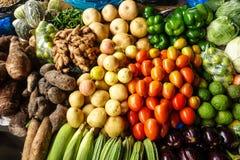 Vruchten en groenten in lokale markt stock foto's