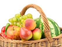 Vruchten en groenten in mand Royalty-vrije Stock Fotografie