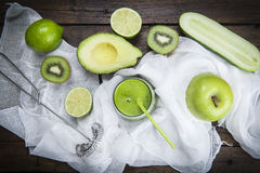 Vruchten en groenten met een glas van groene smoothie Stock Afbeelding