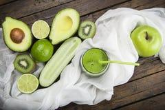 Vruchten en groenten met een glas van groene smoothie Stock Foto