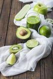 Vruchten en groenten met een glas van groene smoothie Stock Fotografie
