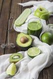 Vruchten en groenten met een glas van groene smoothie Royalty-vrije Stock Foto