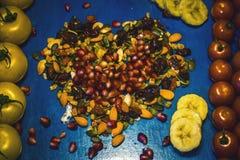 Vruchten en groenten op blauw achtergrond Gezond voedsel en cholesteroldieetconcept Het schone eten, die detox, vegetarisch voeds royalty-vrije stock fotografie