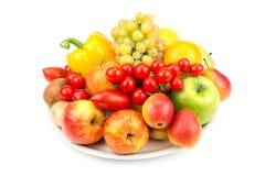 Vruchten en groenten op een plaat Stock Afbeelding
