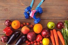 Vruchten en groenten op lijstdomoren en bandclose-up dat worden geïsoleerd royalty-vrije stock foto's