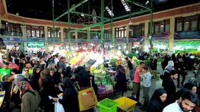Vruchten en groenten in Tajrish-Bazaar, Teheran, Iran stock footage