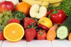 Vruchten en groenten zoals sinaasappelen, appel, tomaten Royalty-vrije Stock Foto's