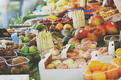 Vruchten en groentenmarkt Stock Foto's
