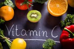 Vruchten en groentenrijken in vitamine C Royalty-vrije Stock Foto's